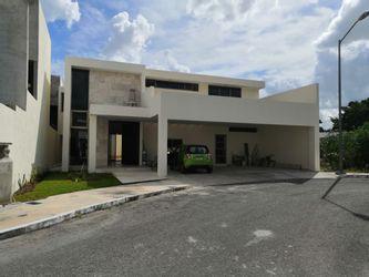 NEX-18331 - Casa en Venta en Altabrisa, CP 97130, Yucatán, con 4 recamaras, con 4 baños, con 1 medio baño, con 485 m2 de construcción.