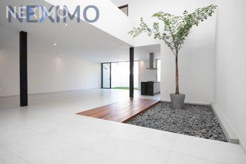 NEX-39992 - Casa en Venta en Bugambilias, CP 45238, Jalisco, con 4 recamaras, con 5 baños, con 424 m2 de construcción.