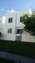 NEX-37610 - Casa en Renta en Supermanzana 326, CP 77536, Quintana Roo, con 3 recamaras, con 2 baños, con 1 medio baño, con 100 m2 de construcción.