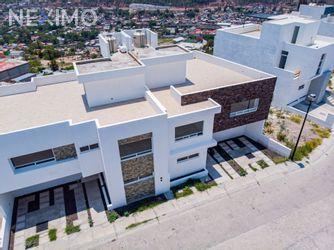 NEX-30988 - Casa en Venta, con 3 recamaras, con 5 baños, con 1 medio baño, con 237 m2 de construcción en Miradores, CP 76146, Querétaro.