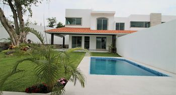 NEX-32492 - Casa en Venta en Centro Jiutepec, CP 62550, Morelos, con 4 recamaras, con 4 baños, con 1 medio baño, con 200 m2 de construcción.