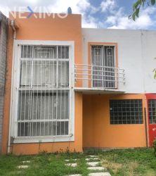 NEX-48689 - Casa en Venta, con 4 recamaras, con 2 baños, con 1 medio baño, con 119 m2 de construcción en Brisas del Carmen, CP 38035, Guanajuato.