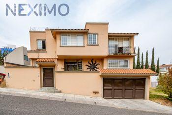 NEX-39313 - Casa en Venta en Hacienda de las Palmas, CP 52763, México, con 3 recamaras, con 3 baños, con 2 medio baños, con 470 m2 de construcción.