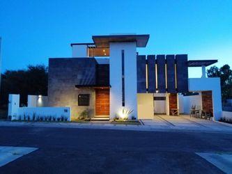 NEX-37521 - Casa en Venta en Villas del Mesón, CP 76226, Querétaro, con 3 recamaras, con 4 baños, con 2 medio baños, con 432 m2 de construcción.