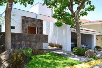 NEX-41925 - Casa en Venta en Loma Real, CP 45129, Jalisco, con 4 recamaras, con 5 baños, con 596 m2 de construcción.