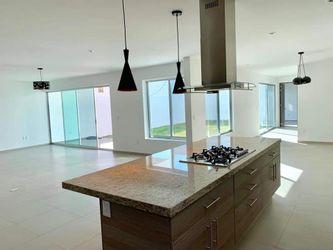 NEX-37361 - Casa en Venta en Juriquilla Privada, CP 76230, Querétaro, con 4 recamaras, con 4 baños, con 1 medio baño, con 358 m2 de construcción.