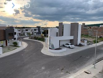 NEX-39130 - Casa en Venta, con 4 recamaras, con 3 baños, con 1 medio baño, con 250 m2 de construcción en Residencial el Refugio, CP 76146, Querétaro.