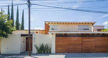NEX-22005 - Casa en Venta en Jurica, CP 76100, Querétaro, con 3 recamaras, con 3 baños, con 1 medio baño, con 449 m2 de construcción.