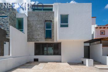 NEX-46675 - Casa en Venta, con 4 recamaras, con 5 baños, con 1 medio baño, con 470 m2 de construcción en Loma Juriquilla, CP 76226, Querétaro.