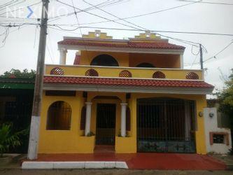 NEX-50101 - Casa en Venta, con 3 recamaras, con 2 baños, con 1 medio baño, con 204 m2 de construcción en Vergel II, CP 97173, Yucatán.