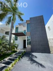 NEX-49588 - Casa en Renta, con 3 recamaras, con 3 baños, con 1 medio baño, con 300 m2 de construcción en Álamos I, CP 77533, Quintana Roo.