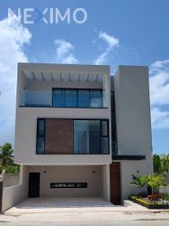 NEX-54346 - Casa en Venta, con 4 recamaras, con 4 baños, con 1 medio baño, con 280 m2 de construcción en Zona Hotelera, CP 77500, Quintana Roo.