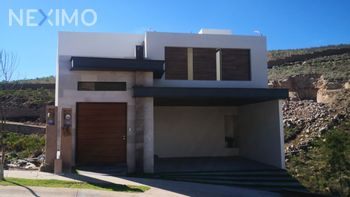 NEX-32994 - Casa en Venta, con 3 recamaras, con 3 baños, con 3 medio baños, con 375 m2 de construcción en Monterra, CP 78215, San Luis Potosí.