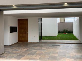 NEX-39199 - Casa en Venta en Villa Magna, CP 78183, San Luis Potosí, con 4 recamaras, con 4 baños, con 1 medio baño, con 262 m2 de construcción.