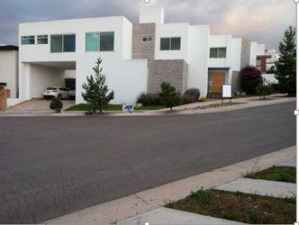 NEX-39443 - Casa en Venta en Club de Golf la Loma, CP 78215, San Luis Potosí, con 3 recamaras, con 3 baños, con 2 medio baños, con 380 m2 de construcción.